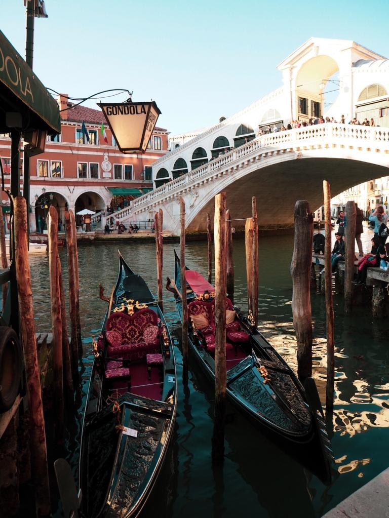 Gondola veneitä Venetsiassa